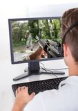 Jeune homme jouant des jeux d'ordinateur Image libre de droits