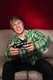 Jeune homme jouant des jeux vidéo Image libre de droits