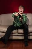 Jeune homme jouant des jeux vidéo Images stock