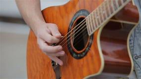 Jeune homme jouant la guitare acoustique Fermez-vous d'un guitariste jouant la guitare acoustique Mouvement lent clips vidéos