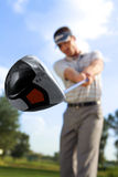 Jeune homme jouant le golf, vue d'angle faible Photographie stock
