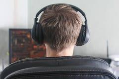 Jeune homme jouant le jeu d'ordinateur Images stock