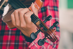 Jeune homme jouant le violon à l'arrière-plan blanc d'isolement Images stock