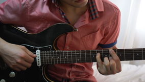 Jeune homme jouant sur la guitare Fin vers le haut clips vidéos