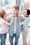 Jeune homme joyeux étant au centre de l'attention photos stock