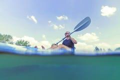 Jeune homme Kayaking sur le lac, vue sous-marine Kayaking, tir fendu photographie stock libre de droits