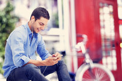 Jeune homme à l'aide du téléphone portable Images libres de droits