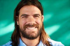 Jeune homme latin de portrait heureux de personnes avec le sourire de barbe Photographie stock