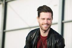 Jeune homme élégant souriant dehors Image libre de droits