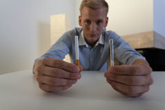 Jeune homme luttant avec la dépendance de tabagisme Image stock