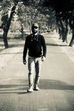 Jeune homme marchant autour d'une voie urbaine photos libres de droits
