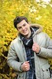 Jeune homme marchant dans la veste de hoodie Images libres de droits