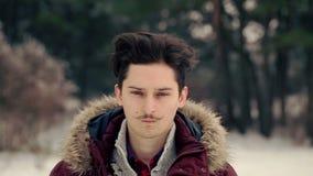Jeune homme marchant dans les bois banque de vidéos