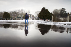 Jeune homme marchant sur un magma Photo libre de droits