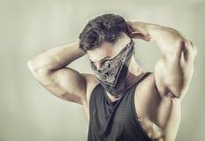 Jeune homme masqué comme voleur ou bandit photos libres de droits