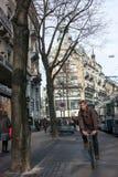 Jeune homme montant une bicyclette sur des affaires Images libres de droits