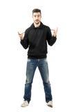 Jeune homme montrant à klaxons de musique en métal le signe de main Photo stock
