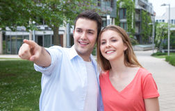 Jeune homme montrant à son amie quelque chose Images libres de droits