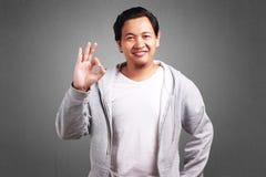 Jeune homme montrant le geste correct photographie stock libre de droits