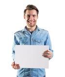 Jeune homme montrant une page de papier blanc Photo stock