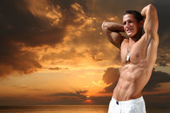 Jeune homme musculaire Photo stock