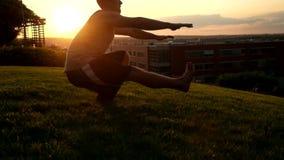 Jeune homme musculaire dans le dessus de réservoir faisant une posture accroupie de jambe banque de vidéos