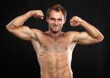 Jeune homme musculaire fléchissant son bice Photo libre de droits