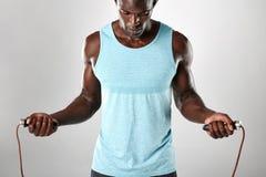Jeune homme musculaire s'exerçant avec la corde à sauter photo libre de droits