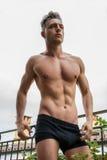 Jeune homme musculaire sans chemise beau extérieur photos libres de droits