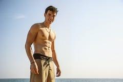 Jeune homme musculaire sans chemise contre le ciel Photographie stock