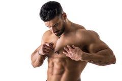 Jeune homme musculeux beau rasant son coffre photos stock