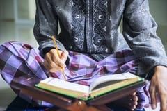 Jeune homme musulman avec un bâton et un Quran photos libres de droits
