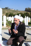 Jeune homme musulman près de la sa tombe de père images libres de droits