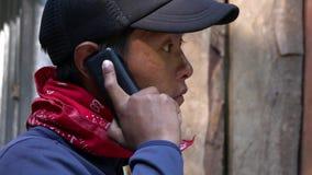 Jeune homme népalais local ethnique parlant du téléphone portable banque de vidéos