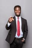 Jeune homme noir beau avec du charme d'affaires dirigeant sa main jusqu'au produit de vente de présent d'exposition d'isolement Image libre de droits