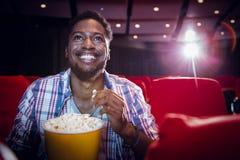 Jeune homme observant un film Image libre de droits