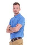 Jeune homme occasionnel avec des bras croisés Photo stock