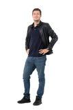 Jeune homme occasionnel avec des mains sur des hanches souriant d'un air affecté et regardant l'appareil-photo Images libres de droits