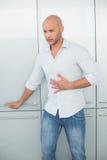 Jeune homme occasionnel avec douleur abdominale à la maison photos libres de droits