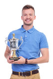 Jeune homme occasionnel avec le trophée dans des mains Photographie stock