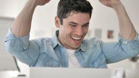 Jeune homme occasionnel célébrant le succès au travail clips vidéos