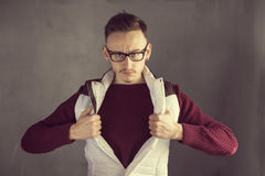 Jeune homme occasionnel d'affaires indiquant un costume de super héros photo stock