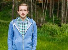 Jeune homme occasionnel dans le bowtie avec le fond de nature Images stock
