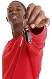 Jeune homme occasionnel donnant la clé de véhicule