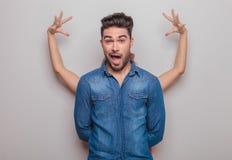 Jeune homme occasionnel faisant un visage drôle Photo libre de droits