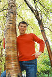 Jeune homme occasionnel heureux. Images libres de droits