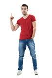 Jeune homme occasionnel heureux enthousiaste dirigeant le doigt montrant l'espace vide photos libres de droits