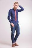 Jeune homme occasionnel posant sur le fond de studio Photos libres de droits