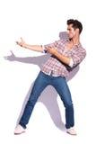 L'homme tient l'arme à feu imaginaire photo libre de droits