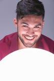 Jeune homme occasionnel souriant au-dessus d'une boule de lumière Photo stock